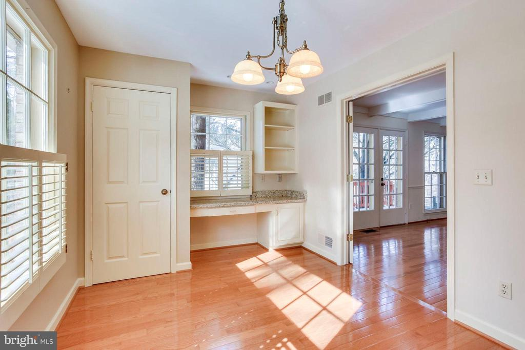 Breakfast Room with convenient desk area - 8911 GLADE HILL RD, FAIRFAX