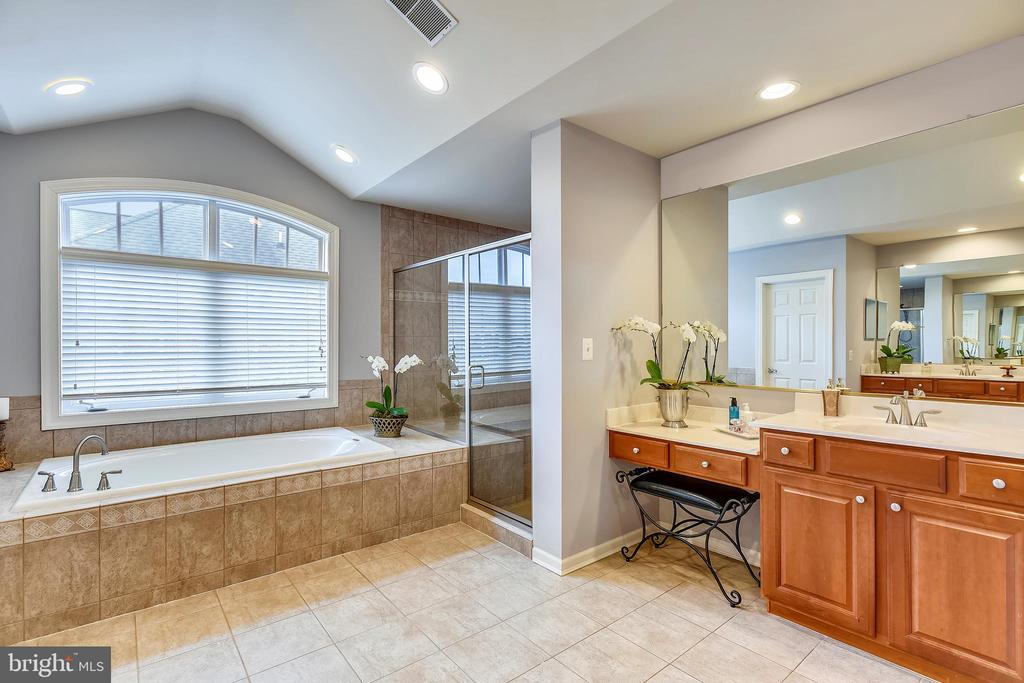 Master Bath with His and Hers Vanities - 43547 BUTLER PL, LEESBURG