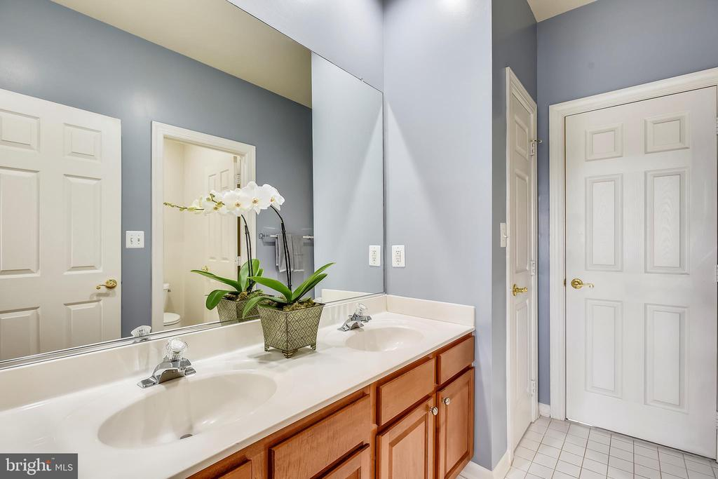 Second Upper Level Jack and Jill Shower Tub ~Bath - 43547 BUTLER PL, LEESBURG