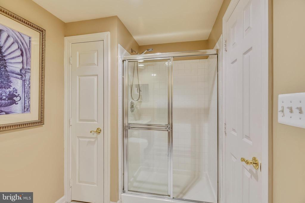 Lower Level Shower Bath - 43547 BUTLER PL, LEESBURG