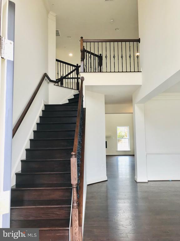 Oak Stairs with Decorative Rails/Metal Balusters - 8619 KITTAMA DR, CLINTON