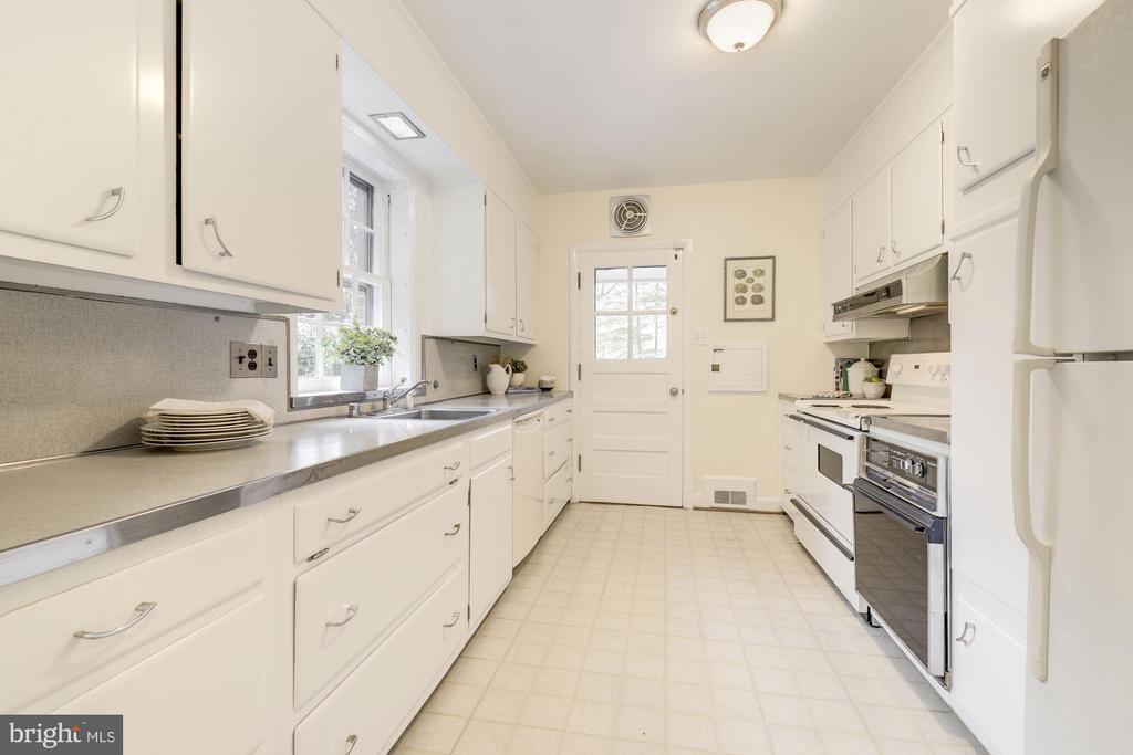 Large Kitchen - 4960 HILLBROOK LN NW, WASHINGTON