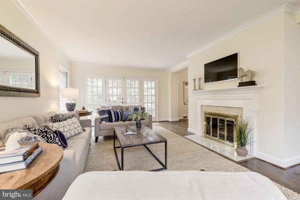 Wonderful Family Room w/ french doors to rear yard - 4960 HILLBROOK LN NW, WASHINGTON