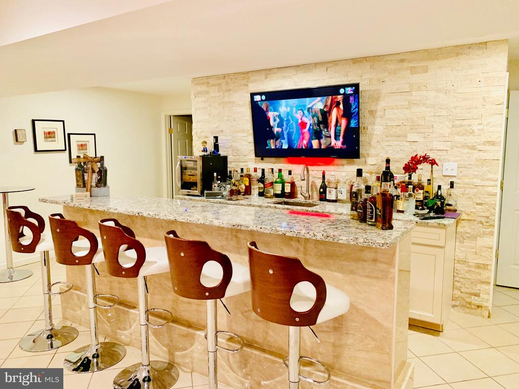 Complete renovated basement with highend bar - 46909 BACKWATER DR, STERLING