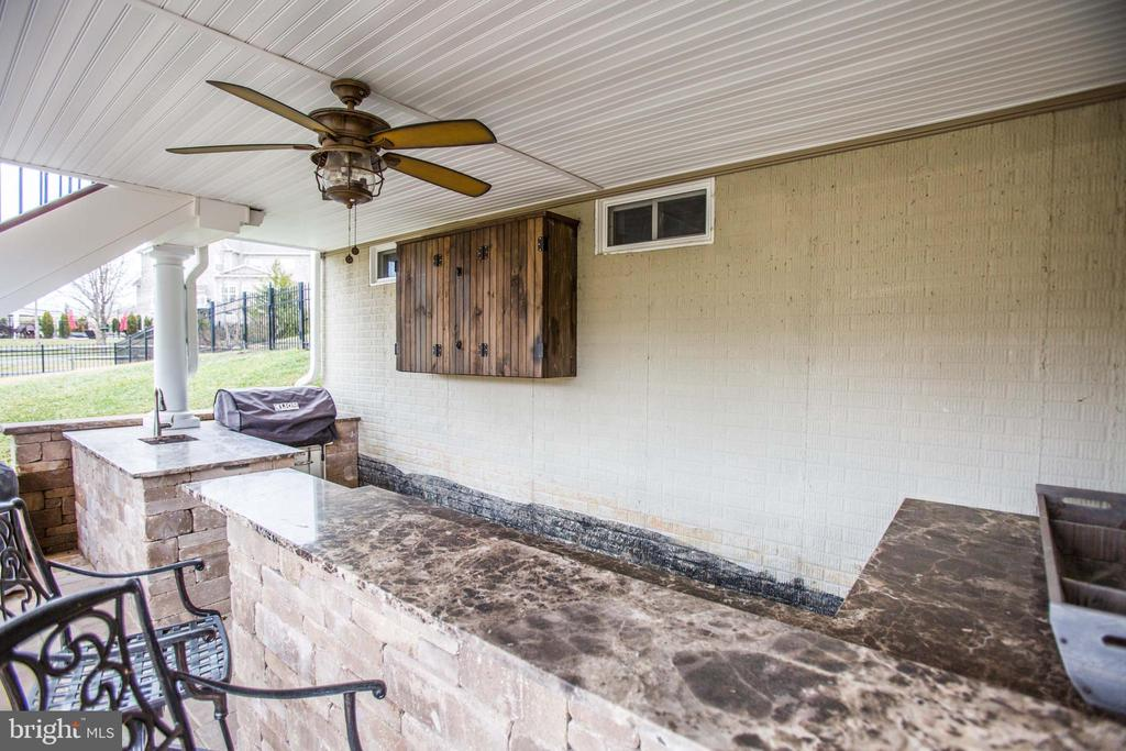 Outside Sink, grill and TV - 90 LUPINE DR, STAFFORD