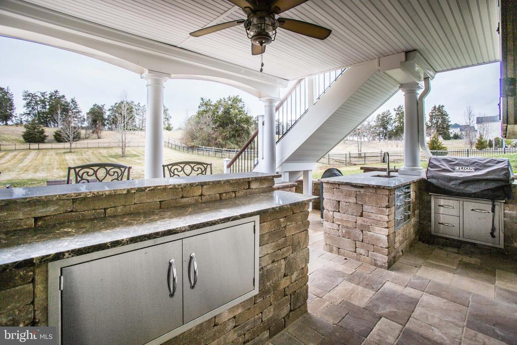 Full backyard kitchen and covered patio (14X20) - 90 LUPINE DR, STAFFORD