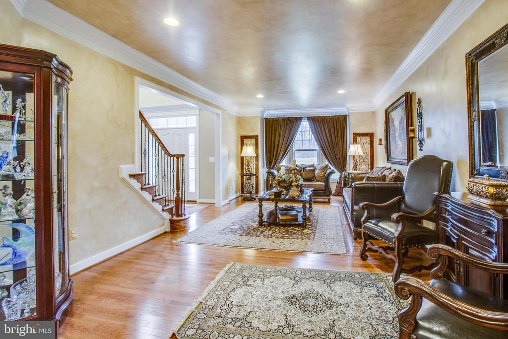 Extra wide crown molding in living room - 90 LUPINE DR, STAFFORD
