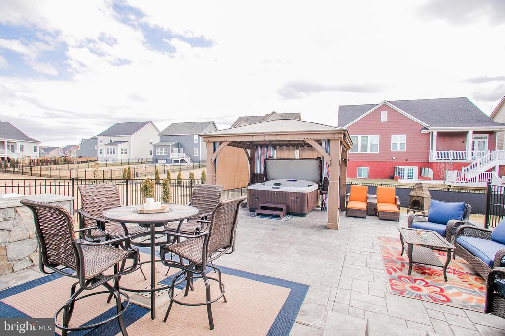 Gazebo with privacy screens conveys - 2565 PASSIONFLOWER CT, DUMFRIES