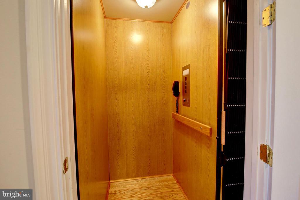 Personal Elevator - 41731 PUTTERS GREEN CT, LEESBURG