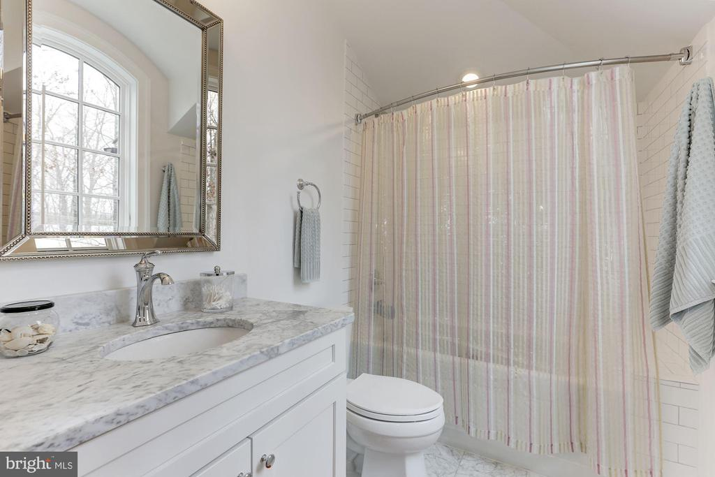 2ND BATHROOM - 9165 OLD DOMINION DR, MCLEAN