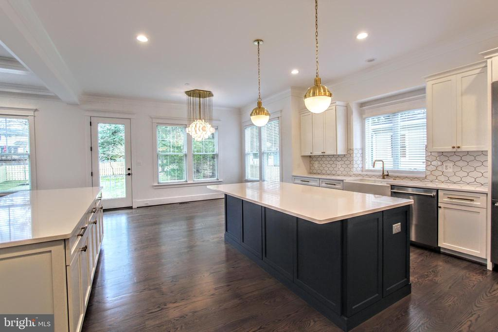 Gourmet kitchen, photo of similar model - 407 PLUM ST SW, VIENNA