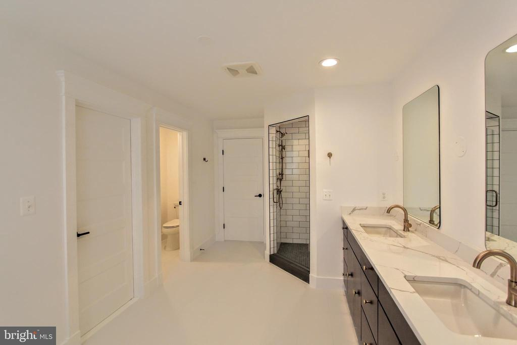 Owner's bath, photo of similar model - 407 PLUM ST SW, VIENNA