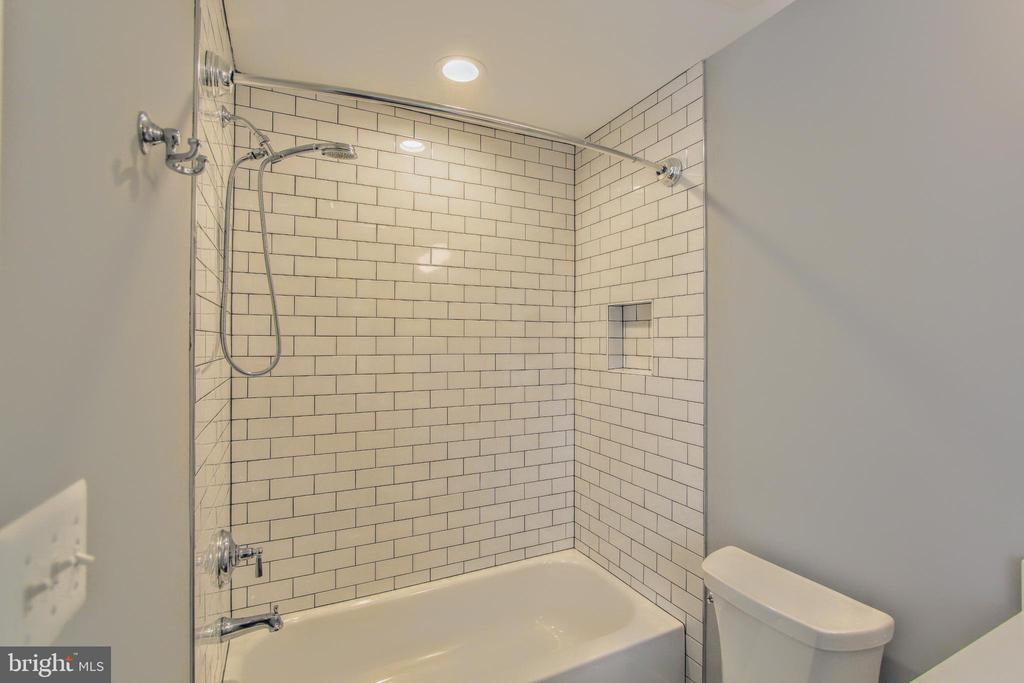 Secondary bath, photo of similar model - 407 PLUM ST SW, VIENNA