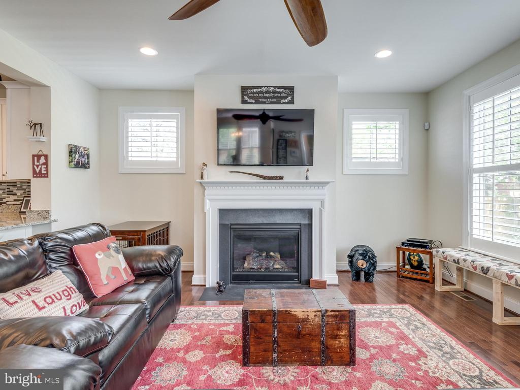 Comfortable family room! Gas fireplace! - 624 SPRING ST, HERNDON