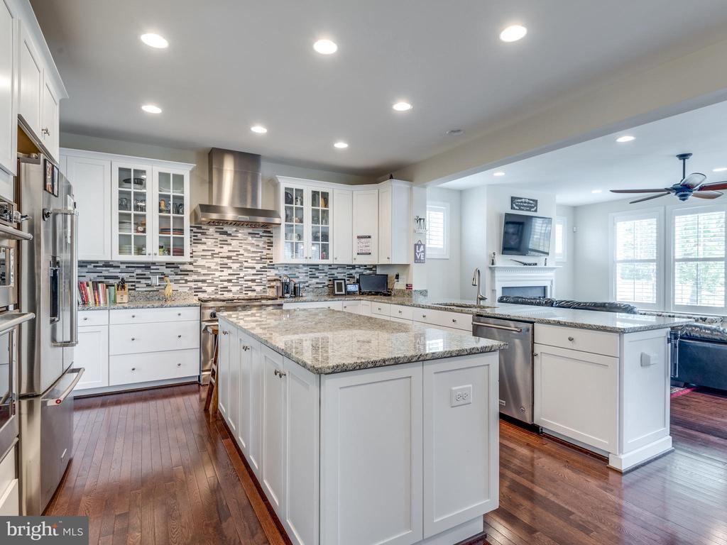 Perfectly open kitchen, yet perfectly separate! - 624 SPRING ST, HERNDON