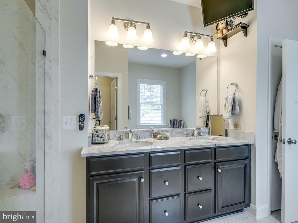 Gorgeous cabinetry and double sinks. - 624 SPRING ST, HERNDON