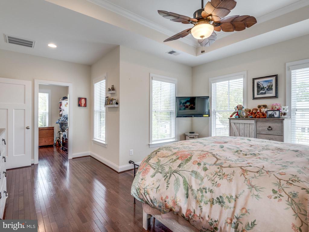 Master bedroom has so many windows!!! - 624 SPRING ST, HERNDON
