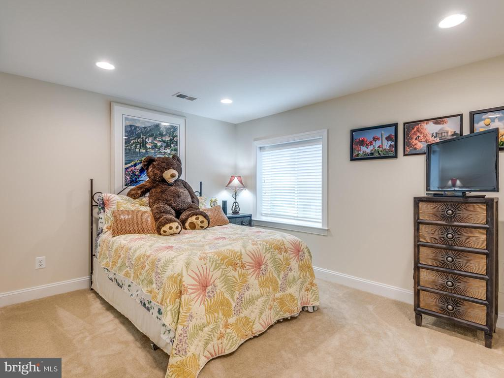 4th Bedroom! Recessed lights and xl closet! - 624 SPRING ST, HERNDON
