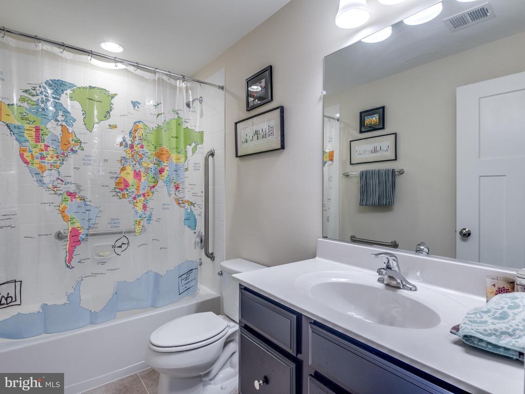 Full bath in basement! - 624 SPRING ST, HERNDON