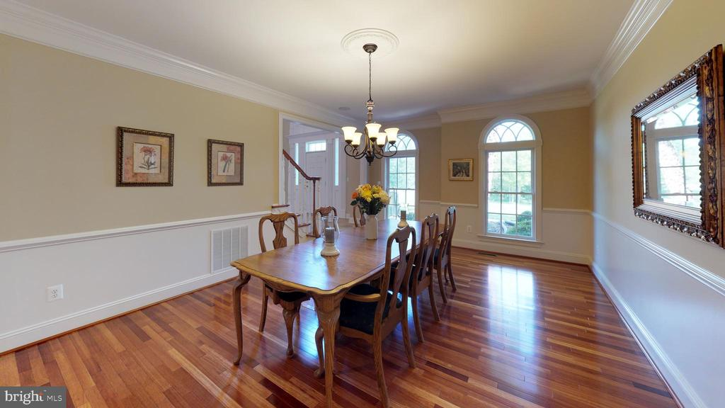 Eye catching detailing - 18733 GROVE CHURCH CT, LEESBURG