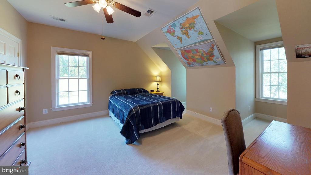 Oversized bedroom with dormers and dual entry bath - 18733 GROVE CHURCH CT, LEESBURG