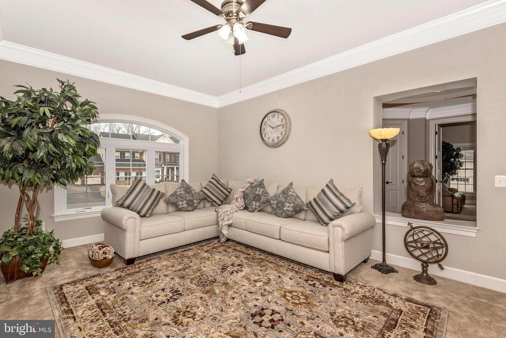 Living room.. a place to meet and greet! - 42617 NICKELINE PL, CHANTILLY