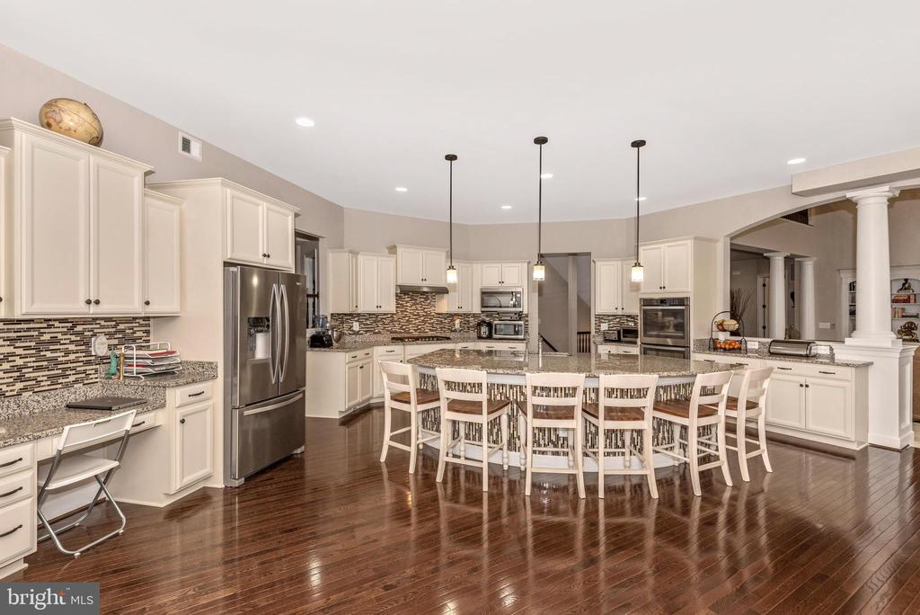 Kitchen Island is the breakfast and meeting spot! - 42617 NICKELINE PL, CHANTILLY