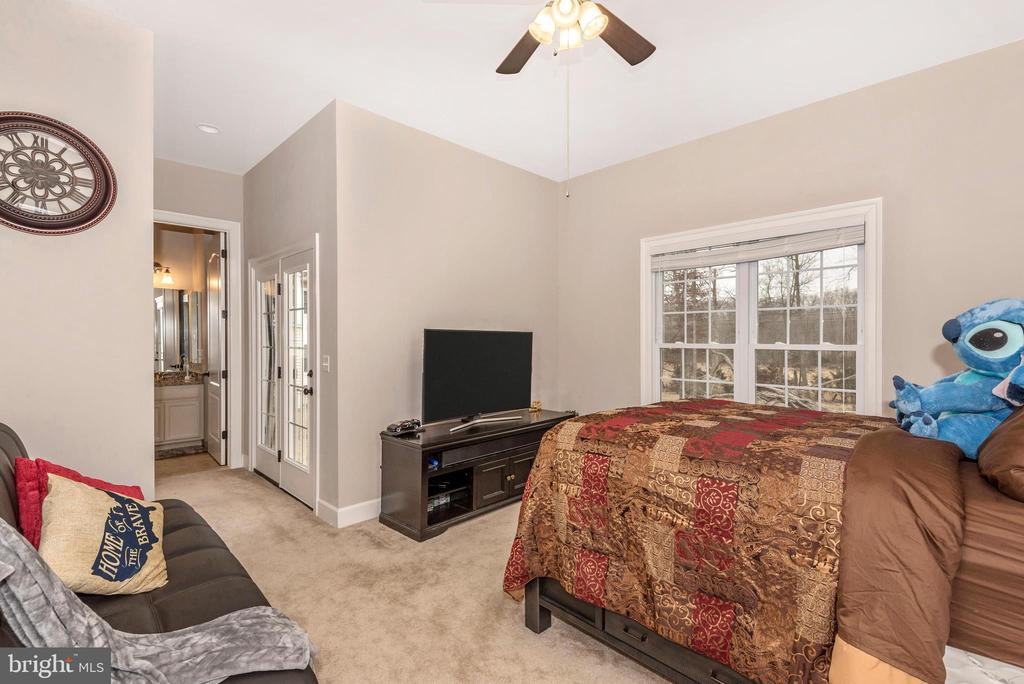 Main level In-Law suite/5th BR. with door to Deck! - 42617 NICKELINE PL, CHANTILLY