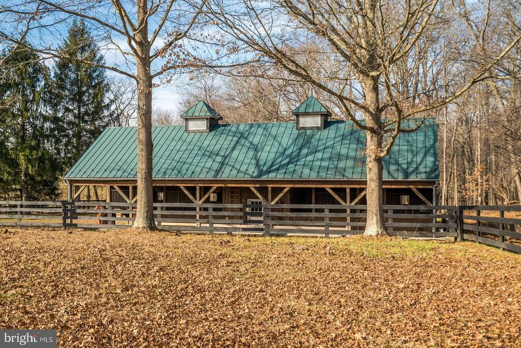 Barn with paddocks 4 stalls run in sheds auto h2o - 37354 JOHN MOSBY HWY, MIDDLEBURG