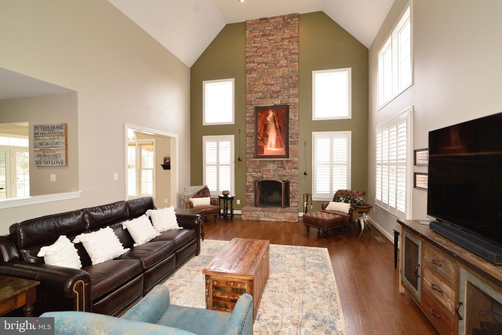 Great Room looks out to the Mountains! - 16333 LIMESTONE CT, LEESBURG