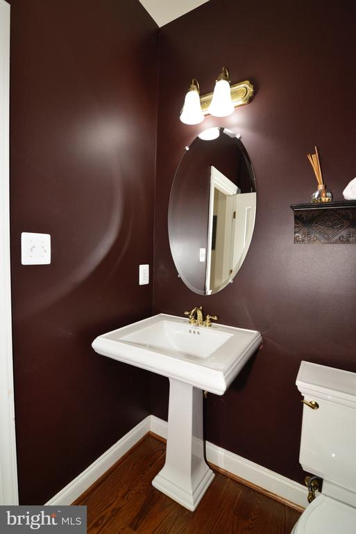 Main level powder room - 16333 LIMESTONE CT, LEESBURG