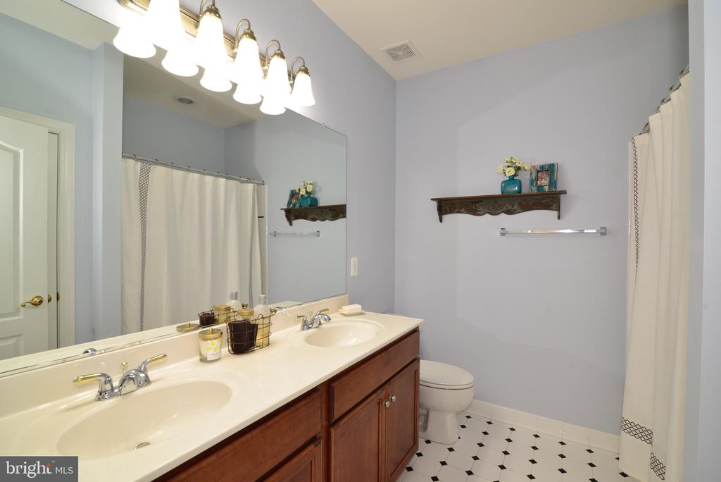 Guest Shared Bathroom 3 - 16333 LIMESTONE CT, LEESBURG