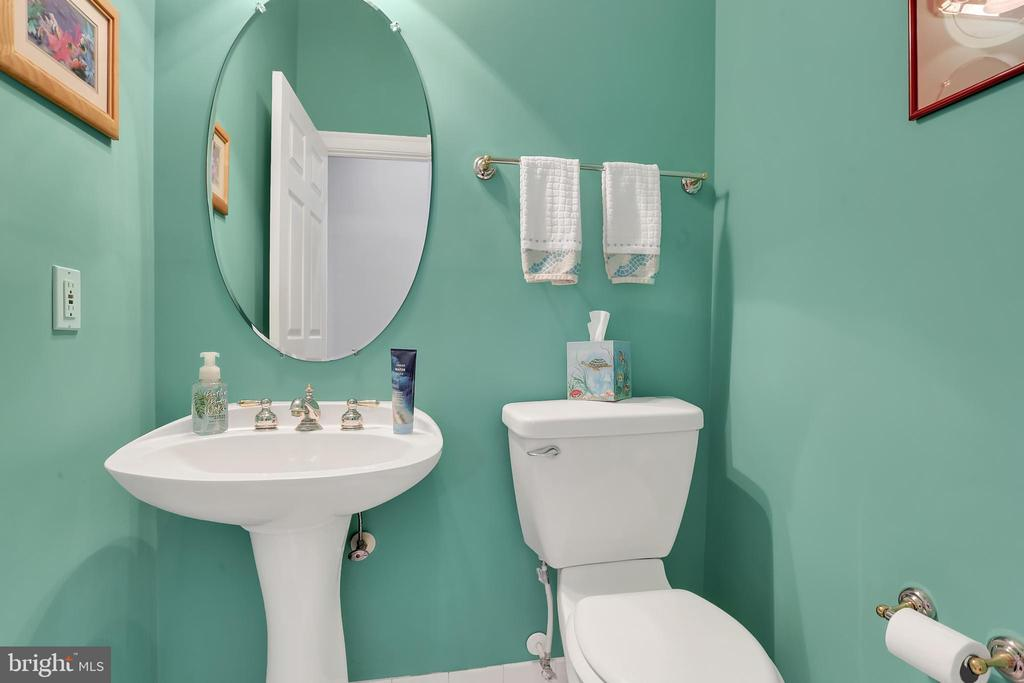 Main level powder room - 13890 LEWIS MILL WAY, CHANTILLY