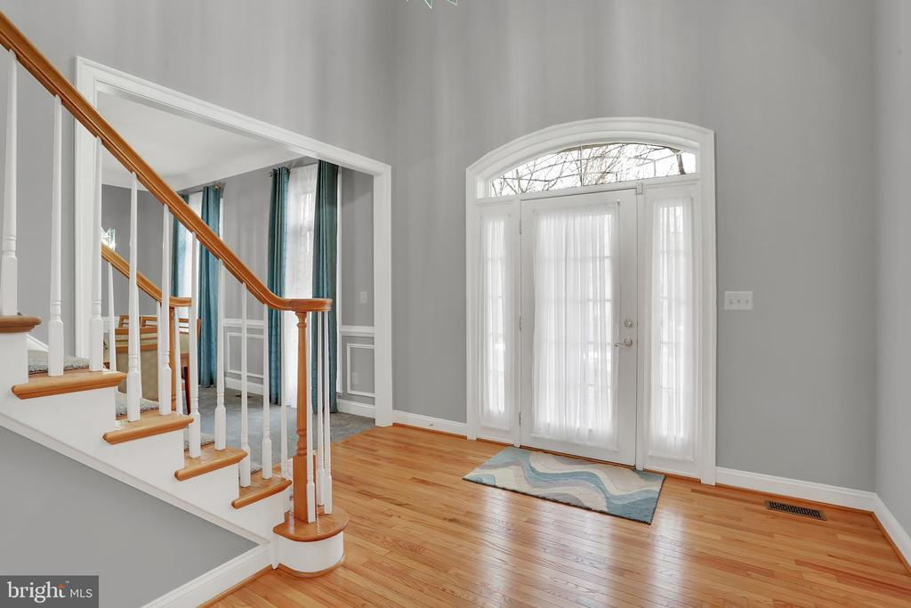 Two story entry filled with light - 13890 LEWIS MILL WAY, CHANTILLY