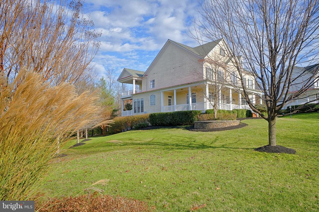 Perfectly landscaped yard. - 9004 ADAMS CHASE CIR, LORTON