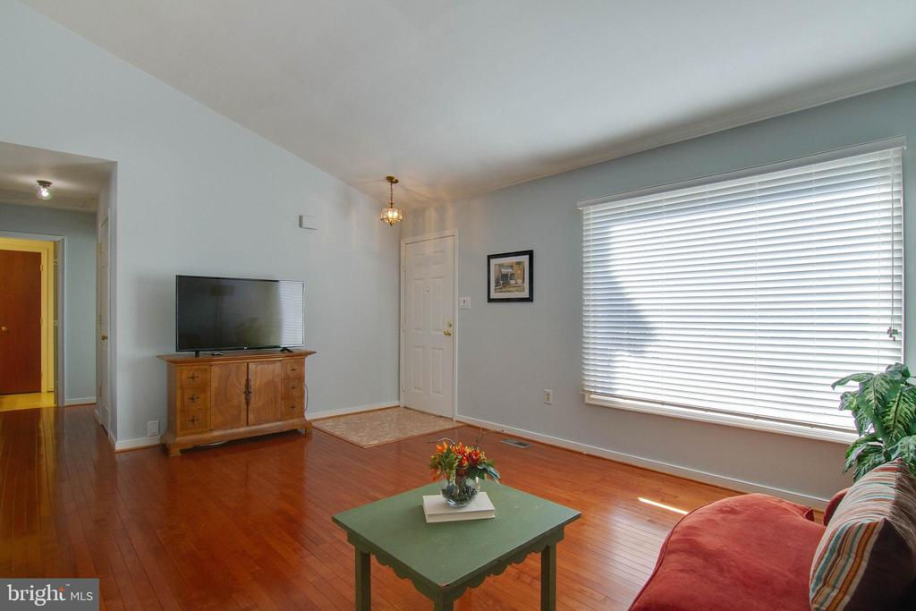 Large window for lots of natural light - 5 FAIRFIELD CT, STAFFORD