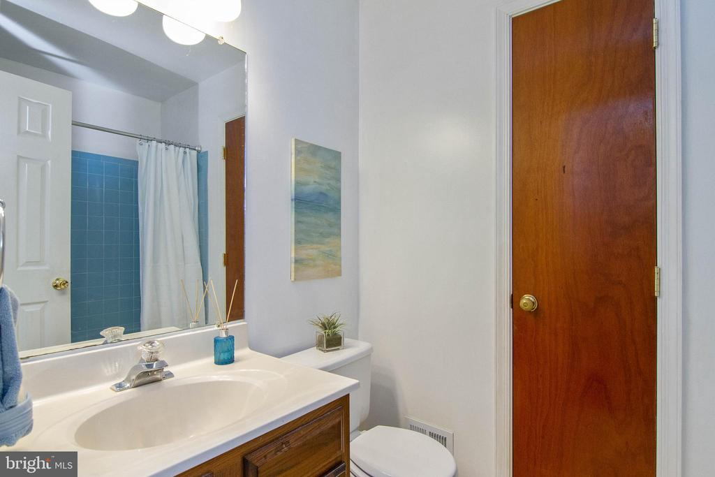 Guest Bathroom - 5 FAIRFIELD CT, STAFFORD