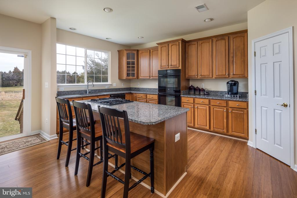 Large kitchen with breakfast bard tons - 11108 STAINSBY CT, BRISTOW