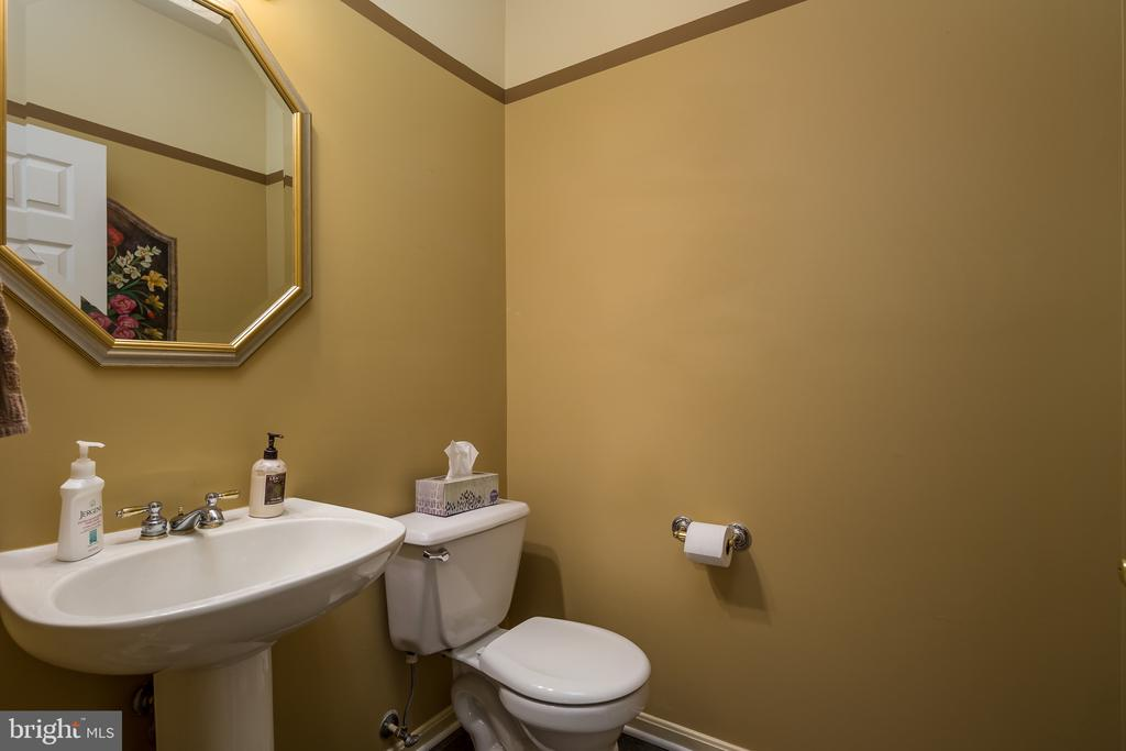 First floor powder room - 11108 STAINSBY CT, BRISTOW