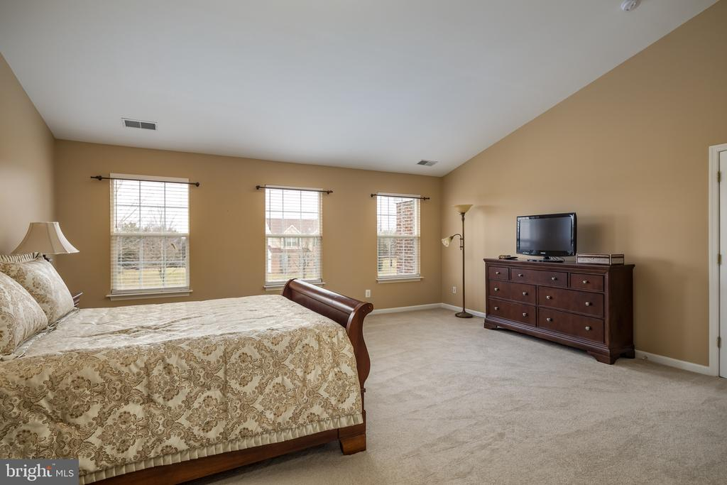 Tons of natural light! - 11108 STAINSBY CT, BRISTOW