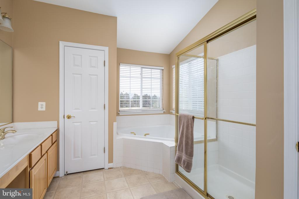 En-suite with soaking tub! - 11108 STAINSBY CT, BRISTOW