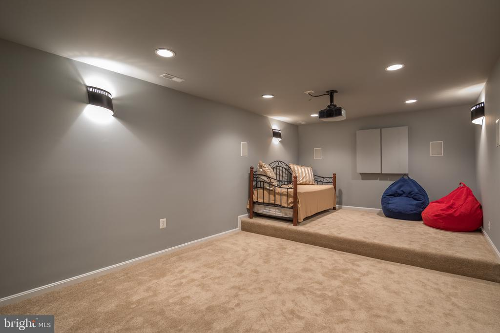 Raised seating platform - 11108 STAINSBY CT, BRISTOW