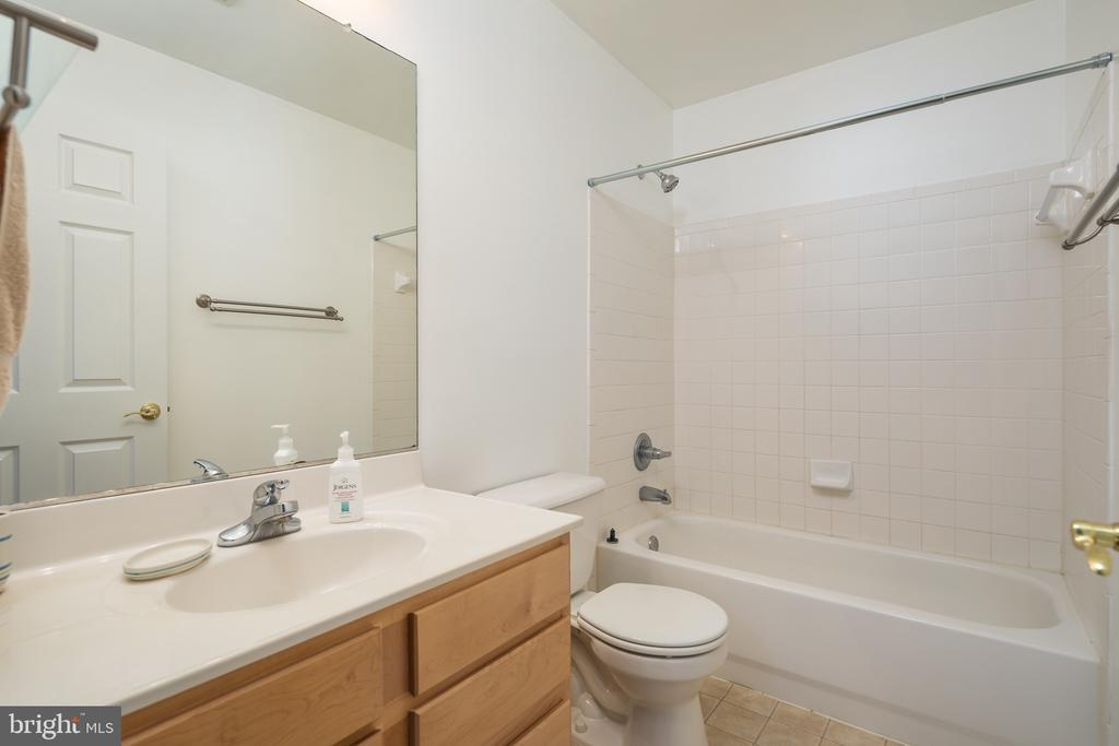 Upper floor full bath - 11108 STAINSBY CT, BRISTOW