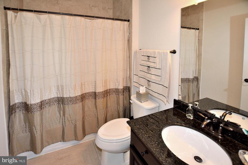 UPPER LEVEL BATHROOM #2 - 42072 MANSFIELD PARK CT, CHANTILLY