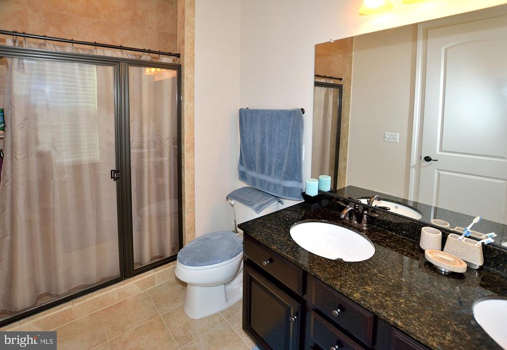 MAIN LEVEL FULL BATH #5 - 42072 MANSFIELD PARK CT, CHANTILLY