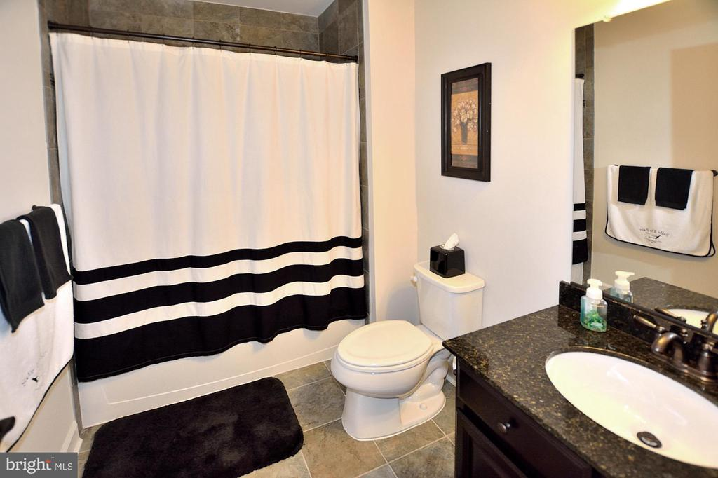 LOWER LEVEL FULL BATH #6 - 42072 MANSFIELD PARK CT, CHANTILLY