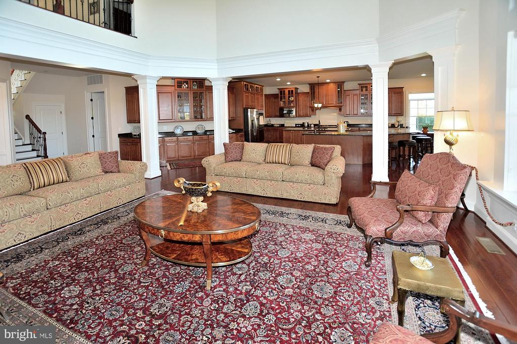 FAMILY ROOM OFF KITCHEN - 42072 MANSFIELD PARK CT, CHANTILLY
