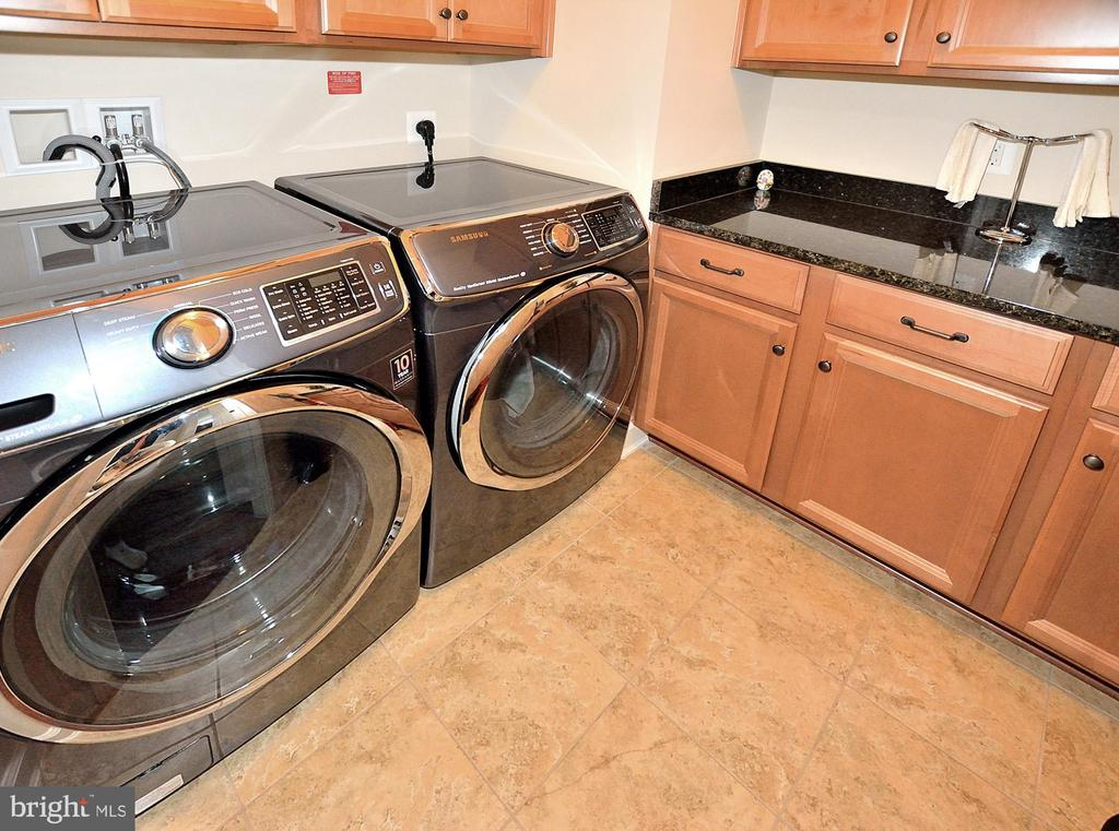 UPPER LEVEL LAUNDRY ROOM WITH BUILT IN CABINETS - 42072 MANSFIELD PARK CT, CHANTILLY