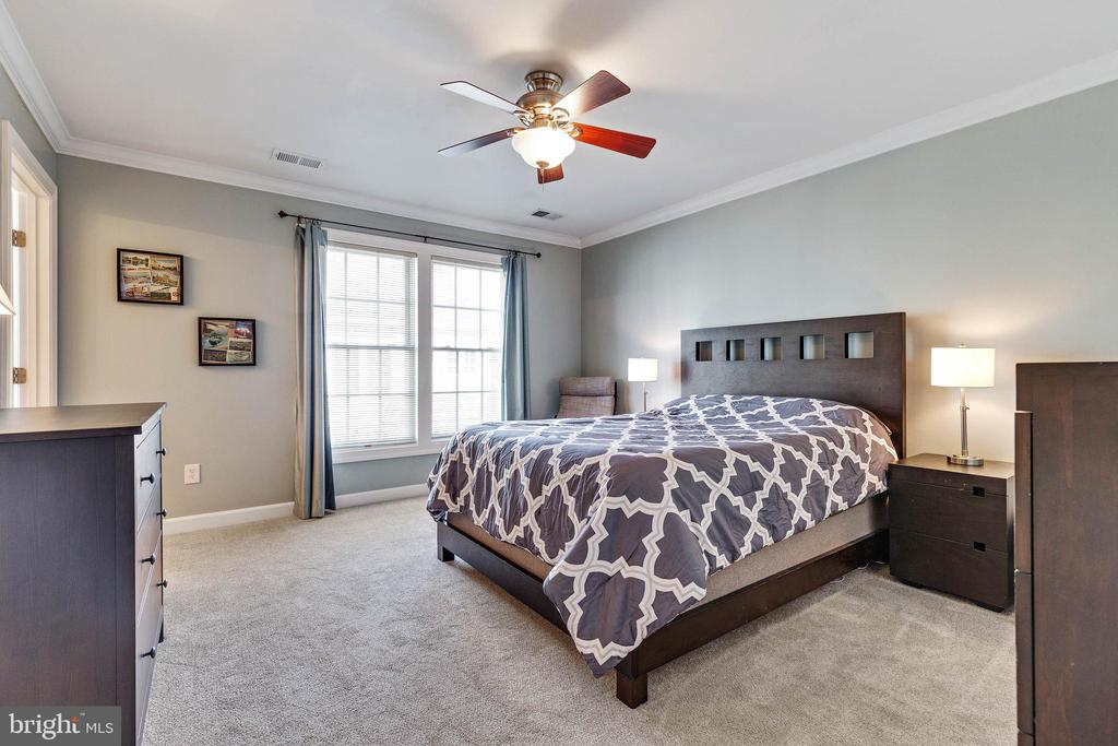 Master bedroom w/ two walk-in closets - 906 HARRISON CIR, ALEXANDRIA