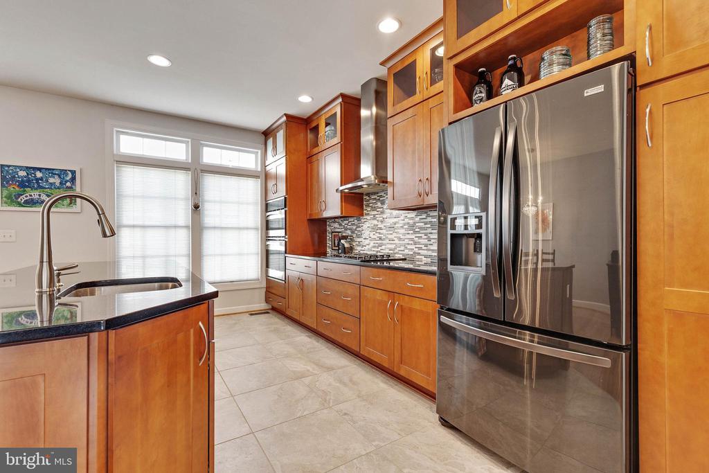Kitchen w/ tons of surfaces for prep - 906 HARRISON CIR, ALEXANDRIA